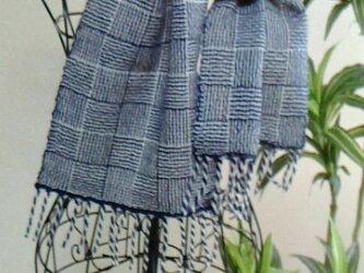 おしゃれな手織のストール 手織り紺×白の画像