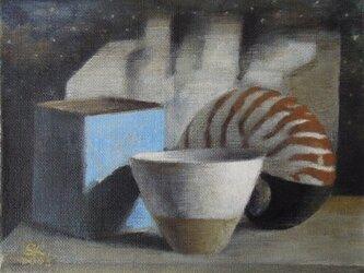 カップとオウム貝(売約済です。額は、手作りです。)の画像