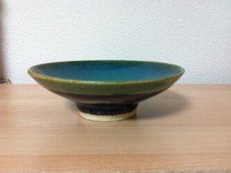 織部と黒天目釉の手びねりのお皿の画像