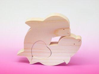 送料無料 木のおもちゃ 動物組み木 イルカとハートの画像