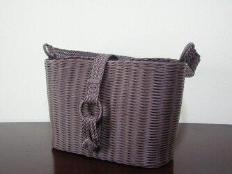 よろい編みのショルダーバッグ/チョコ クラフトバンドの画像