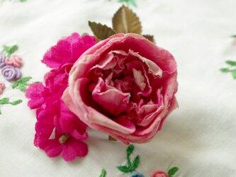 パリ色のローズピンクコサージュの画像