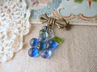 ガラスのブルーベリー&カイヤナイト・淡水パール*ブローチの画像