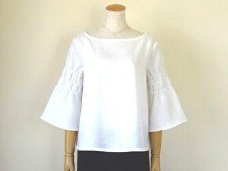 リネンのシャーリング袖ブラウス・オフホワイトの画像