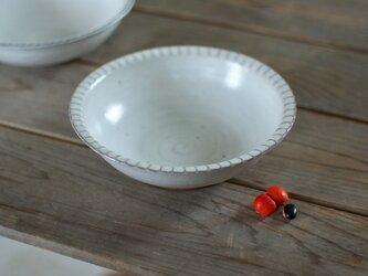 白い陶器の鎬リムボウル(小)の画像