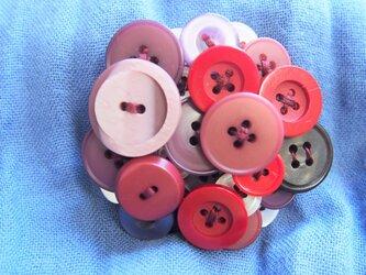 ボタンブローチ5.8.赤丸の画像