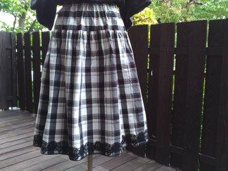 播州織白黒チェック切り替えギャザースカート 裾に黒いレースの画像