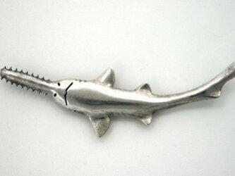ノコギリザメのブローチの画像