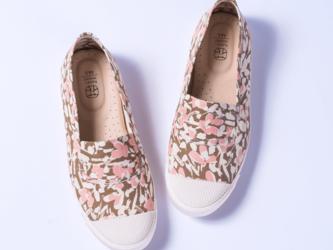 足に馴染むピンク。送料無料。フラワーガーデン・ピンク 足がよろこぶ!おさんぽキャンパスシューズ【花見小路】の画像