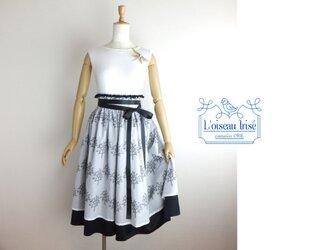 ボタニカル刺繍のデザインスカートの画像