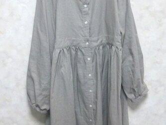 リネンふんわりやさしい羽織ワンピ 淡いグレーの画像
