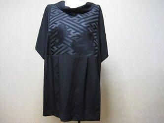 喪服の着物と黒とも帯を合わせてチュニック丈のブラウス。の画像
