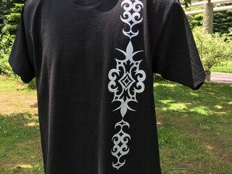 【受注製作】※ホワイトプリントのみ受注中 アイヌ アレンジ柄 メンズ Tシャツ ブラック S・M・Lサイズの画像