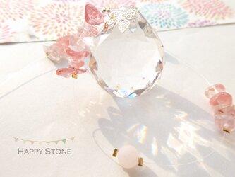 蝶が舞う*柔らかなストロベリーカラーと天然石のサンキャッチャーの画像