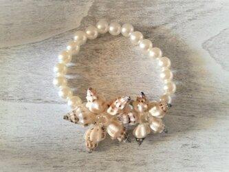 ふっくら白い貝のお花のブレスレット(大粒)の画像