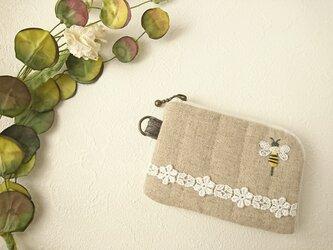 【 蜜蜂の刺繍  カードケース 】の画像
