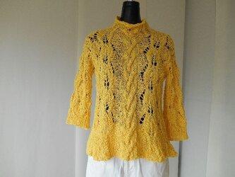 イエローの模様編みセーターの画像