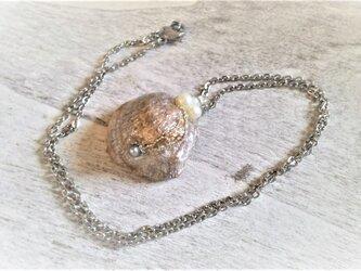サージカルステンレス☆三日月のあるレアカラー・ナミマガシワのネックレスの画像