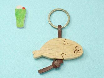 ころりんアザラシ 木のキーリングの画像