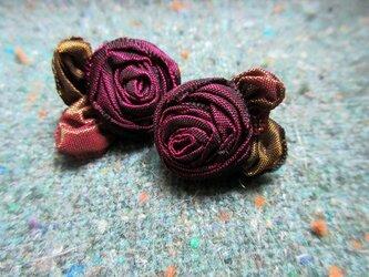 小さなバラのピアスの画像