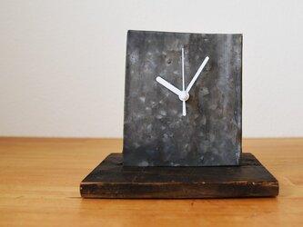 古材とブリキ シンプルな置き時計の画像