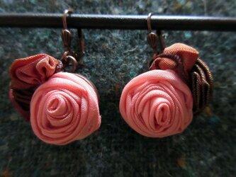 揺れるバラのピアスの画像