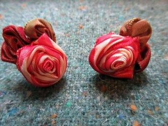 小さなバラのイヤリングの画像