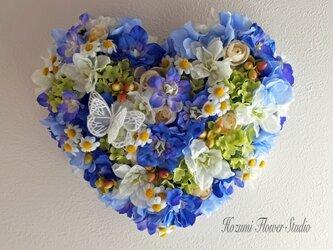 青いお花畑のハートリースの画像