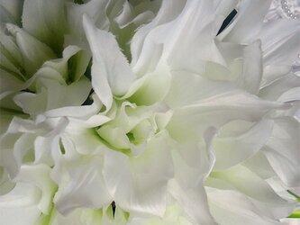 白ユリの花があふれるラウンドブーケの画像