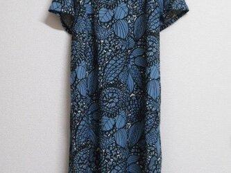綿麻の半袖ワンピース ボタニカルの画像