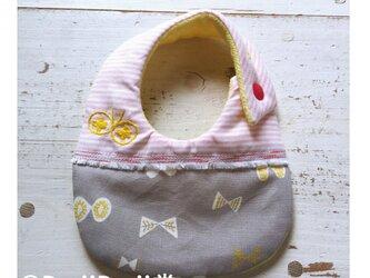 Rojiベビービブ/ピンク&グレー 刺繍てふてふの画像