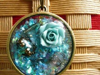 透明なブルーのオルゴナイト(薔薇&指輪) レジン バッグチャームの画像