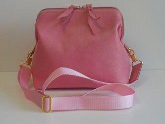 手縫い 口金を使いピンクの牛革で出来たポシェットの画像