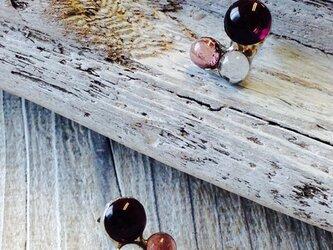 花びら色のピアス- petit   小さなステンドグラスのピアスの画像