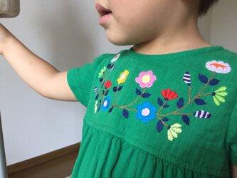 size90㎝刺繍チュニックワンピース グリーンにぎやか刺繍 の画像