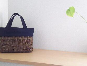 アケビのつる籠と和布のバッグの画像