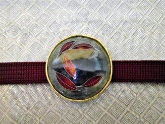 葉赤ク染マル有線七宝帯留の画像