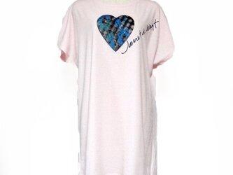 ハートカラフル模様Tシャツ ピンクの画像