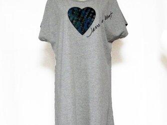 ハートカラフル模様Tシャツ グレーの画像