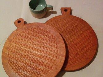 丸型手彫り(25cm直径/2枚ペア) カッティングボード&プレートの画像