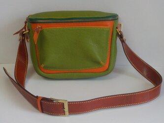 手縫い ライムグリーとオレンジ色の牛革で出来た2ウエイバッグの画像