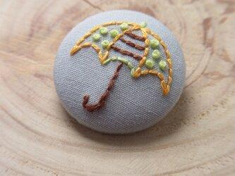 カサの刺繍ブローチの画像