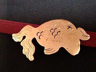 和彫金魚真鍮帯留の画像