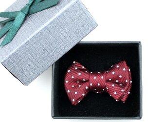 蝶ネクタイのタックピン・エンジに白のピンドットの画像
