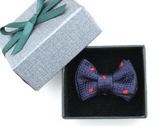 蝶ネクタイのタックピン・紺に赤のポルカドットの画像