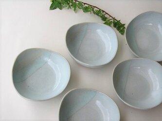 二色のおにぎり皿の画像