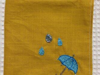 コットンの刺繍ハンカチ☆雨粒と傘の画像