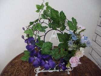 涼やかな蘭と薔薇のリースの画像