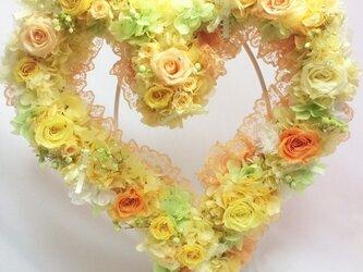 【プリザーブドフラワー/ハートリースアレンジ】黄色の明るい薔薇たちがハートのかたちに込めた幸せのメッセージの画像