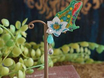 カエルと蓮のイヤリング<<緑>>(1個売りとなります)の画像